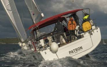 Oceanis 51.1, Patron with AC and generator